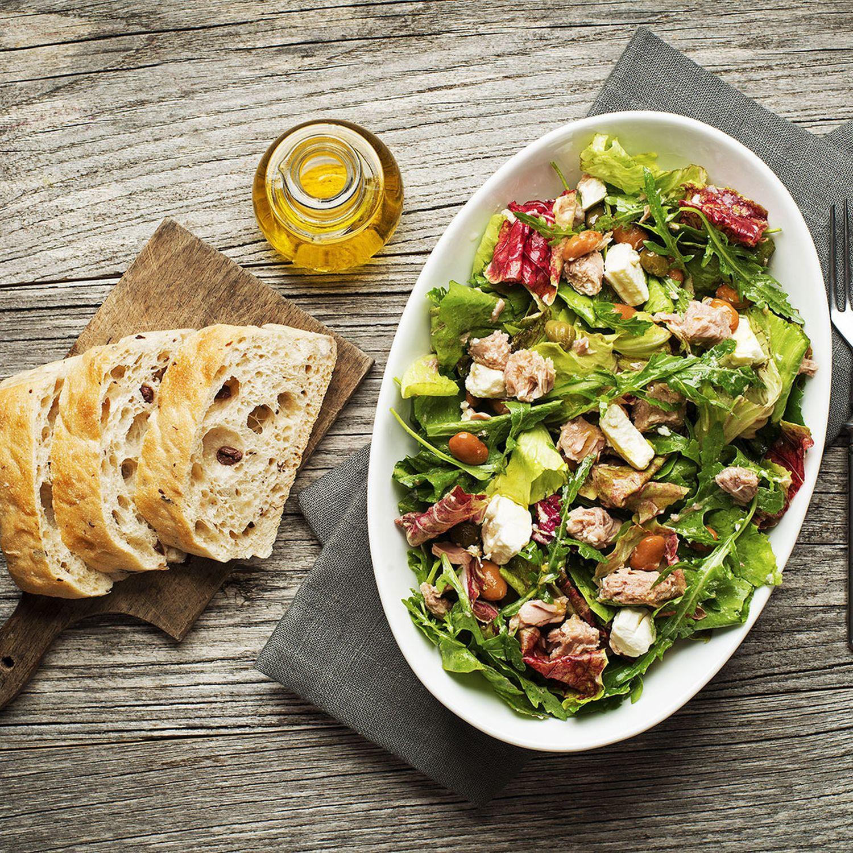 Griechischer Salat mit Feta und Thunfisch