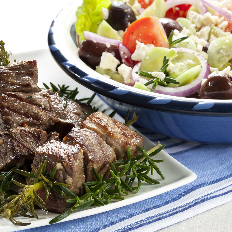 Griechischer Salat mit gebratenen Lammwürfeln