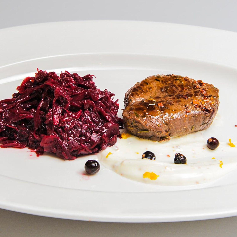 Hirschrücken mit Blaukraut und Wacholder-Orangen-Joghurt