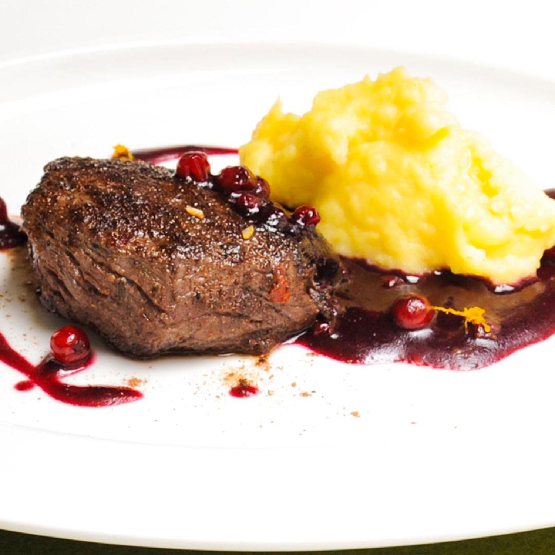 Hirschsteaks mit Bratapfel-Kartoffel-Püree und Rotweinsauce
