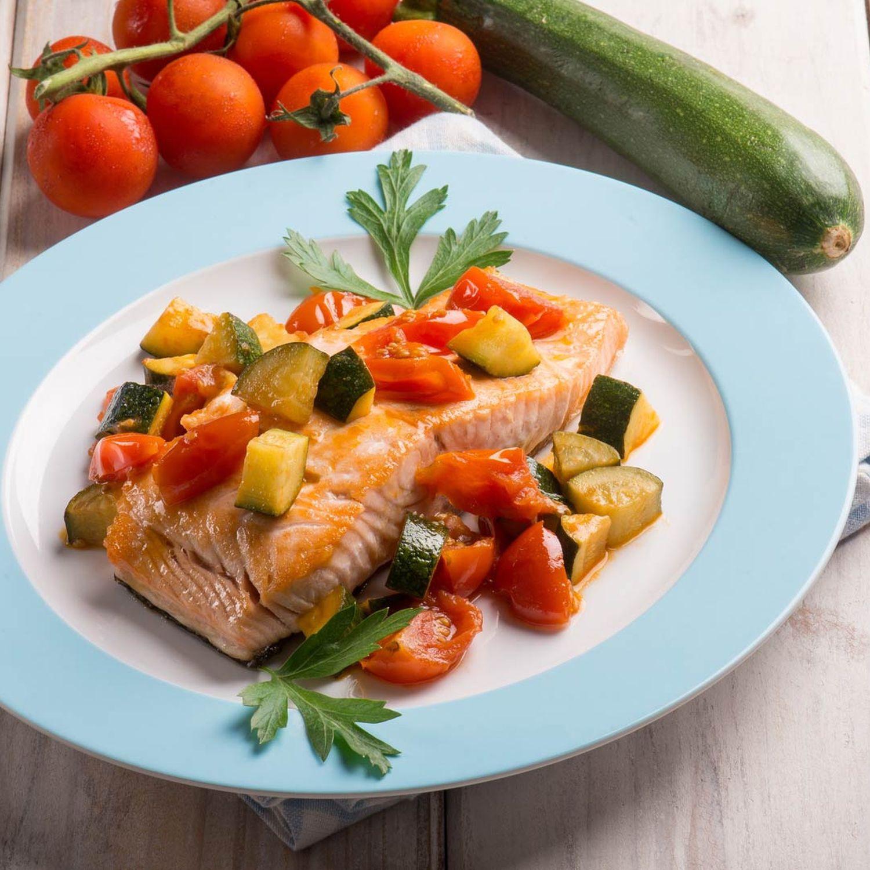 Im Ofen gegarter Lachs auf Zucchini-Tomaten-Spinat
