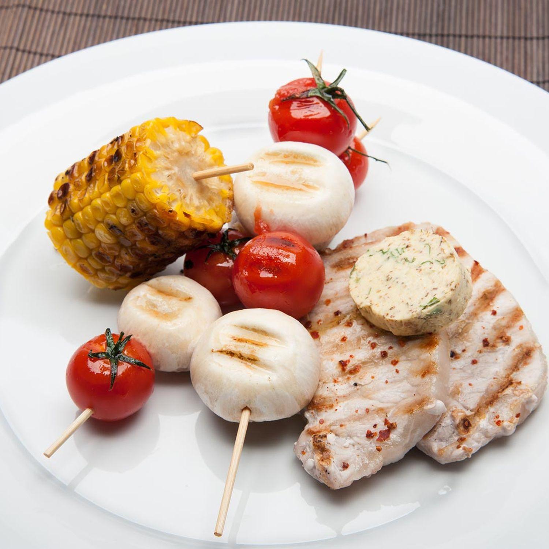 Karreesteak mit gegrilltem Mais und Champignon-Tomaten-Spieß