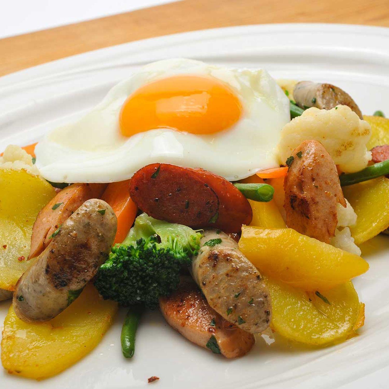 Kartoffel-Gemüse-Gröstl mit Rostbratwürsteln und Spiegelei