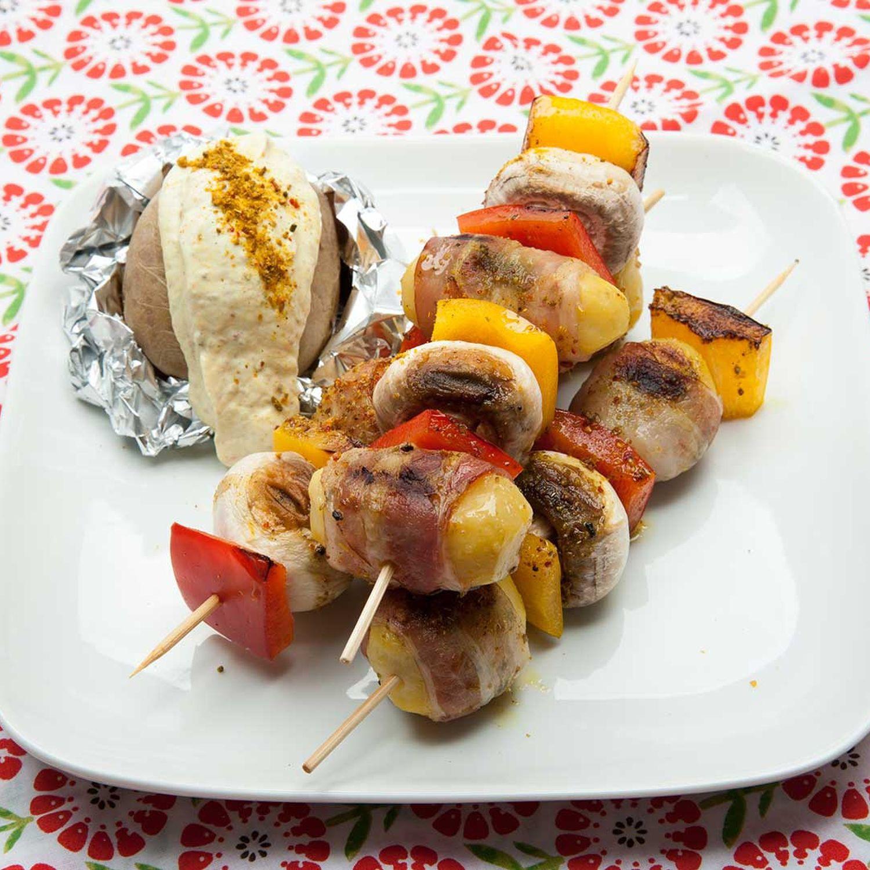 Kartoffel-Speck-Spieße und Folienkartoffeln mit Gewürzjoghurt