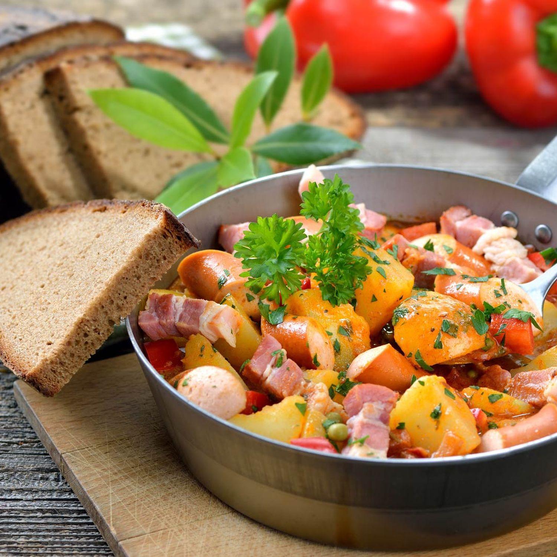 Kartoffelgulasch mit Würsteln