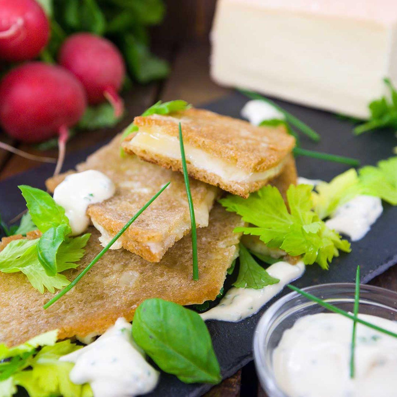Käse in der Brotkruste mit Radieschen-Kräuter-Salat