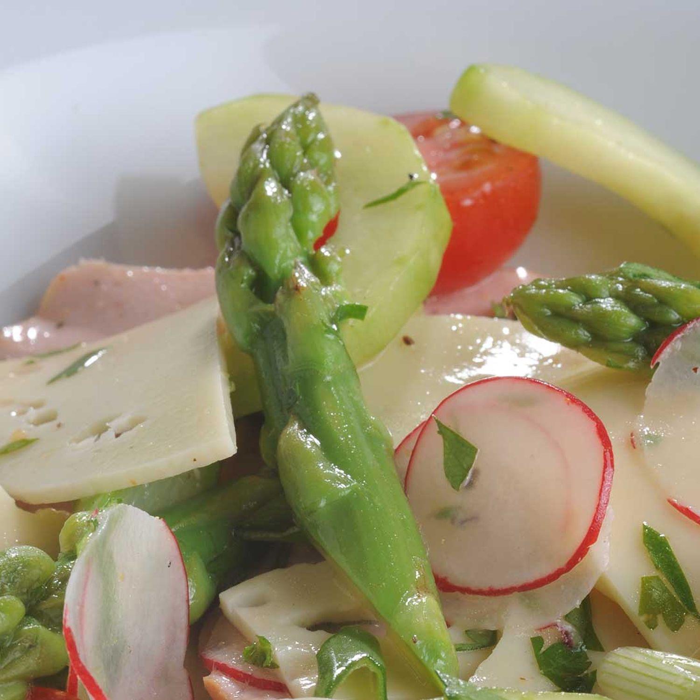 Käse-Wurst-Salat mit grünem Spargel und Radieschen