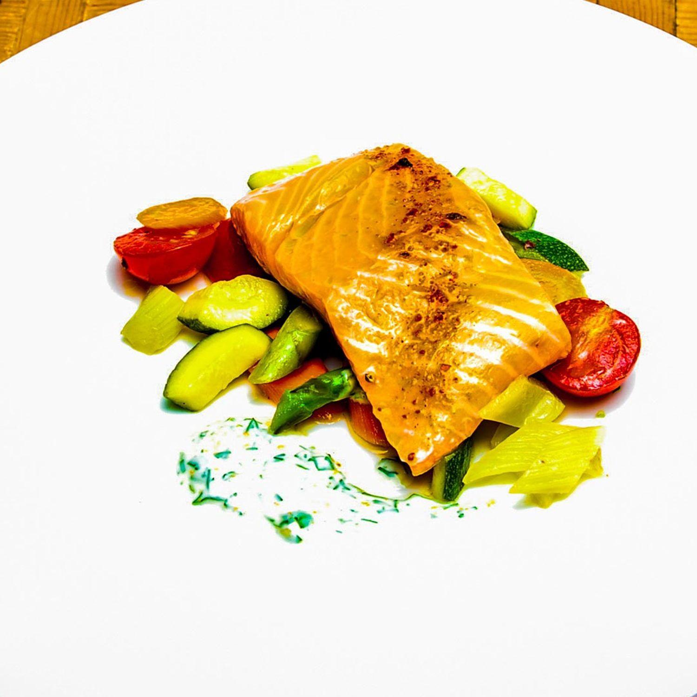 Lachs mit Orangen-Kräuter-Joghurt und Gemüsesalat