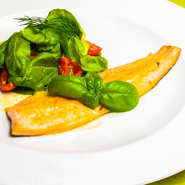 Lachsforelle in Ingwer-Knoblauch-Butter mit Spinatsalat
