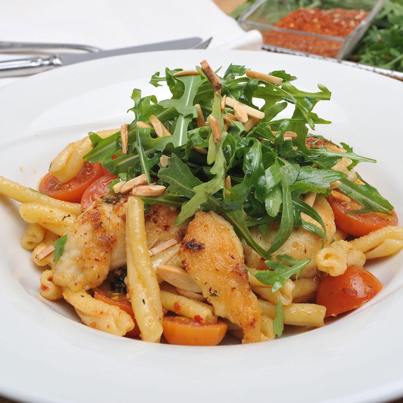 Makkaroni mit Hühnerbruststreifen und Rucola