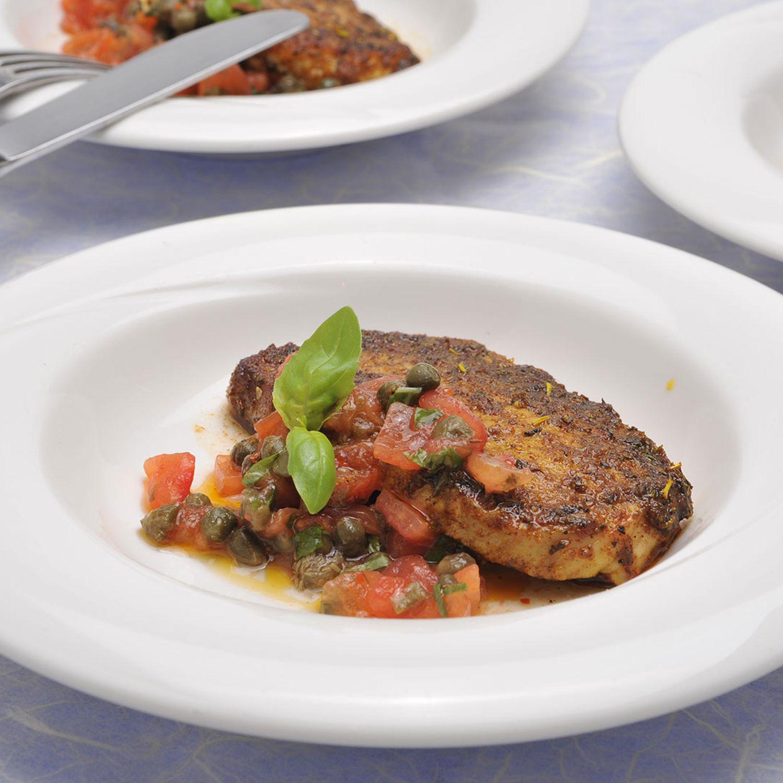 Mariniertes Karreesteak auf Tomaten-Kapern-Salsa