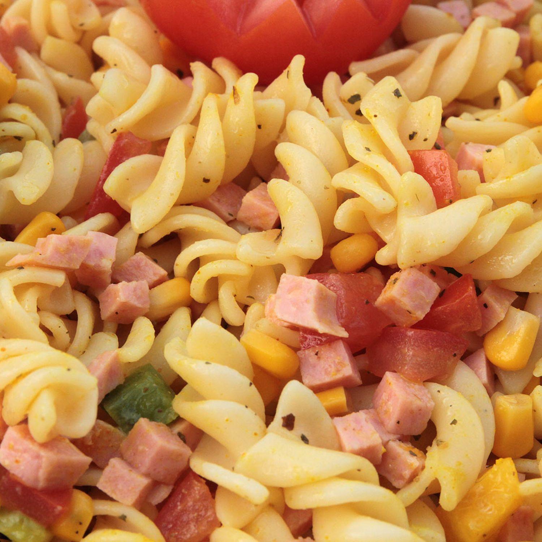 Nudelsalat mit Paprika, Mais und Schinken