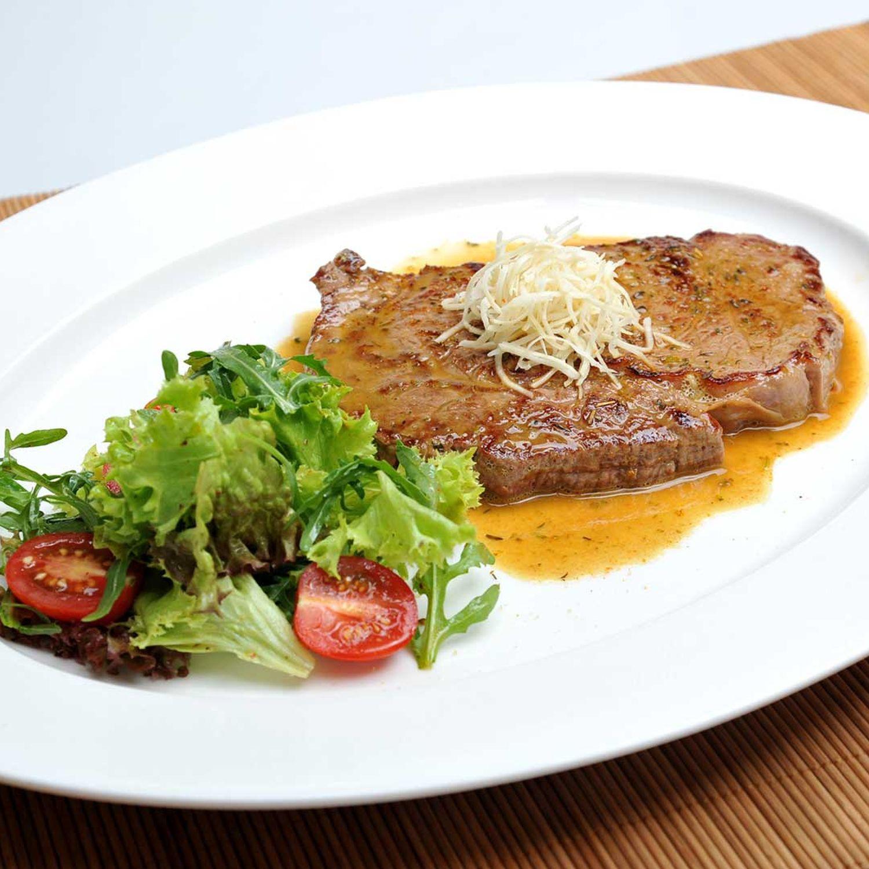 Ribeye Steak mit Grillgewürzsalz und einem kleinen Salat