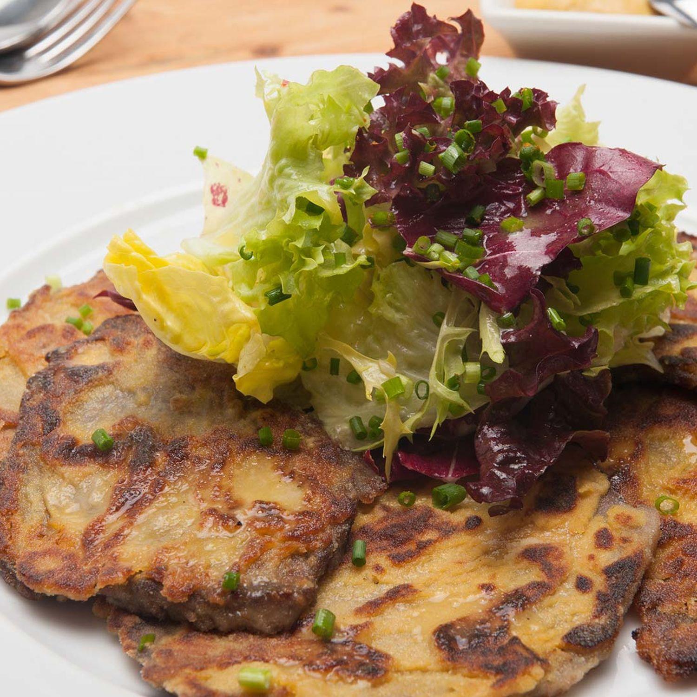 Rindfleischscheiben in der Senfkruste mit mariniertem Blattsalat