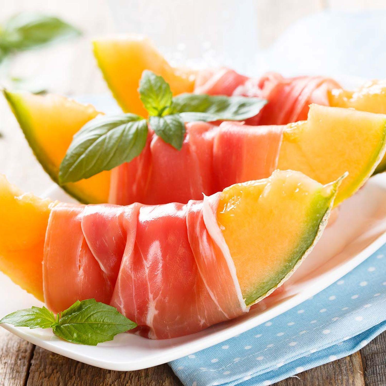 Rohschinken mit Melone und kleinem Salat