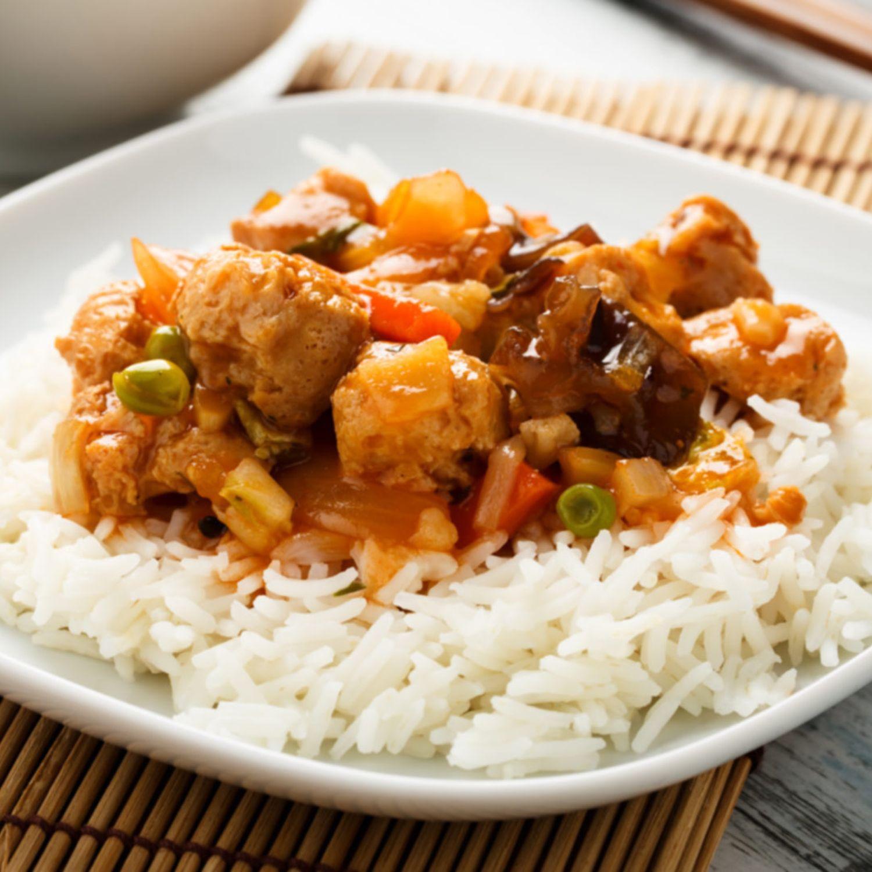 Sichuanhuhn aus dem Wok mit Reis
