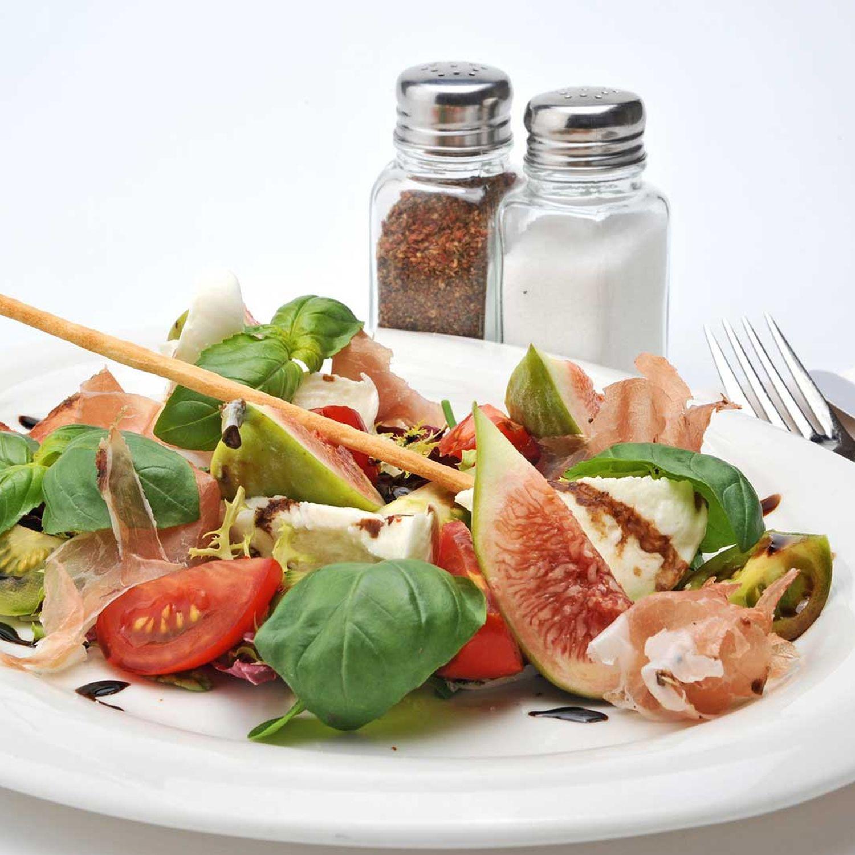 Tomaten-Mozzarella-Salat mit Schinken