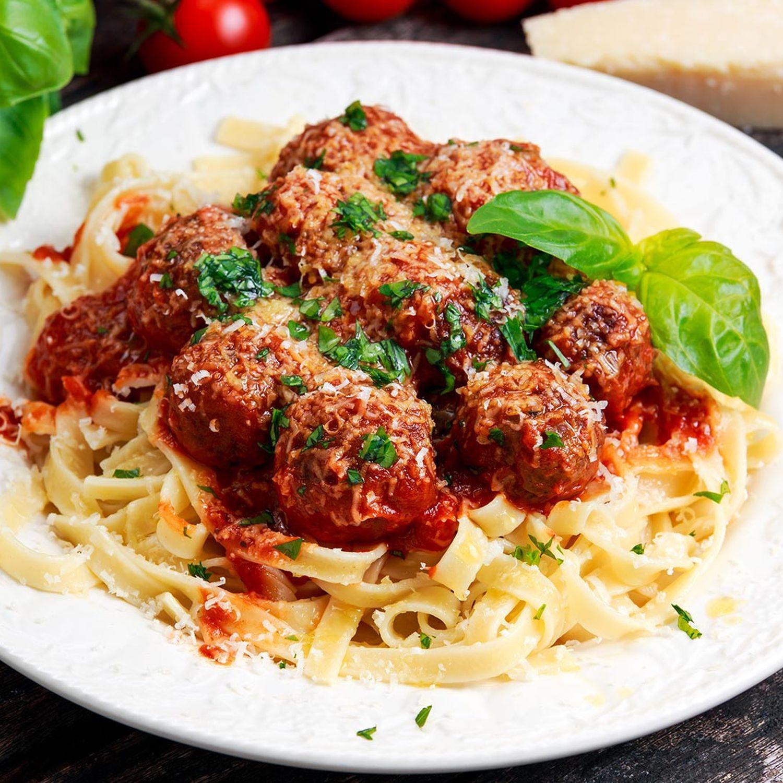 Tomatennudeln mit Fleischbällchen und Rucola