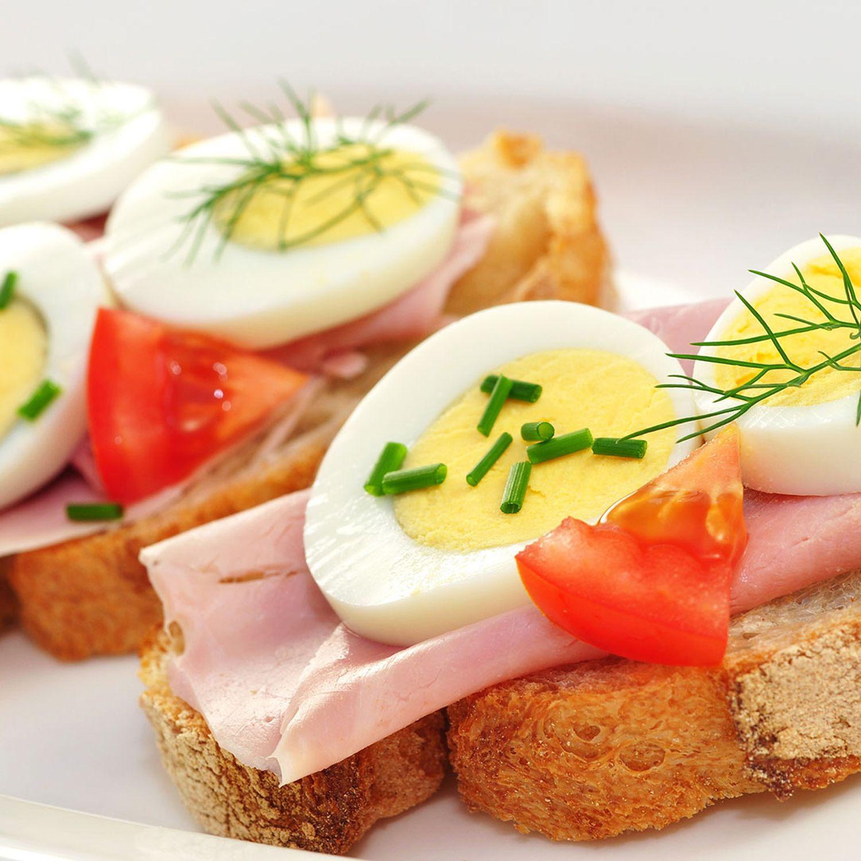 Würziges Vollkornbrot mit Schinken und Ei