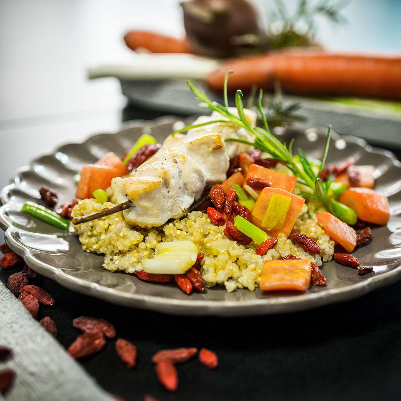 Hühnchenspieße mit Mandel-Quinoa, Gojibeeren und Karotten
