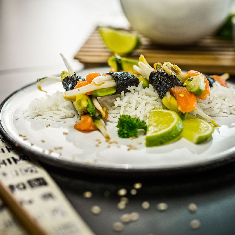 Sprossen, Avocados und frischer Lachs im Algenblatt