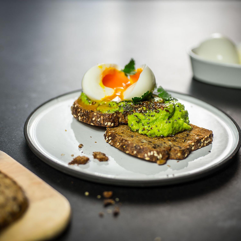 Superfood-Frühstücksbrot mit Avocado und Ei