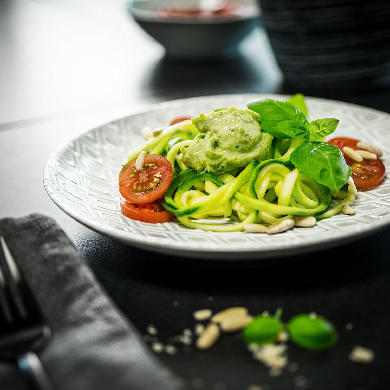 Zoodles mit Avocadocreme und gerösteten Pinienkernen