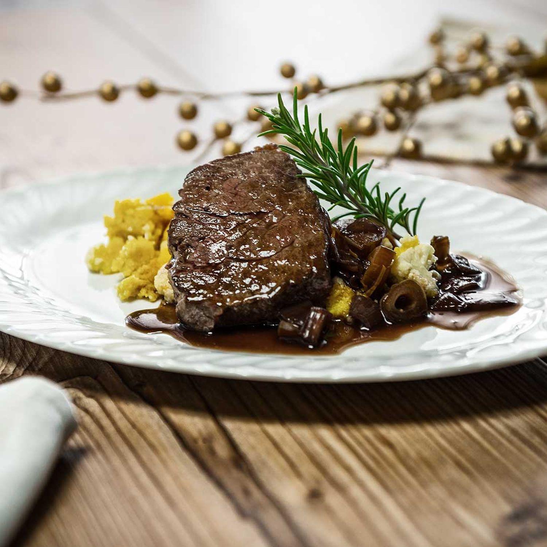 Rindersteaks in Rotwein-Dattel-Glace mit Karfiolpolenta