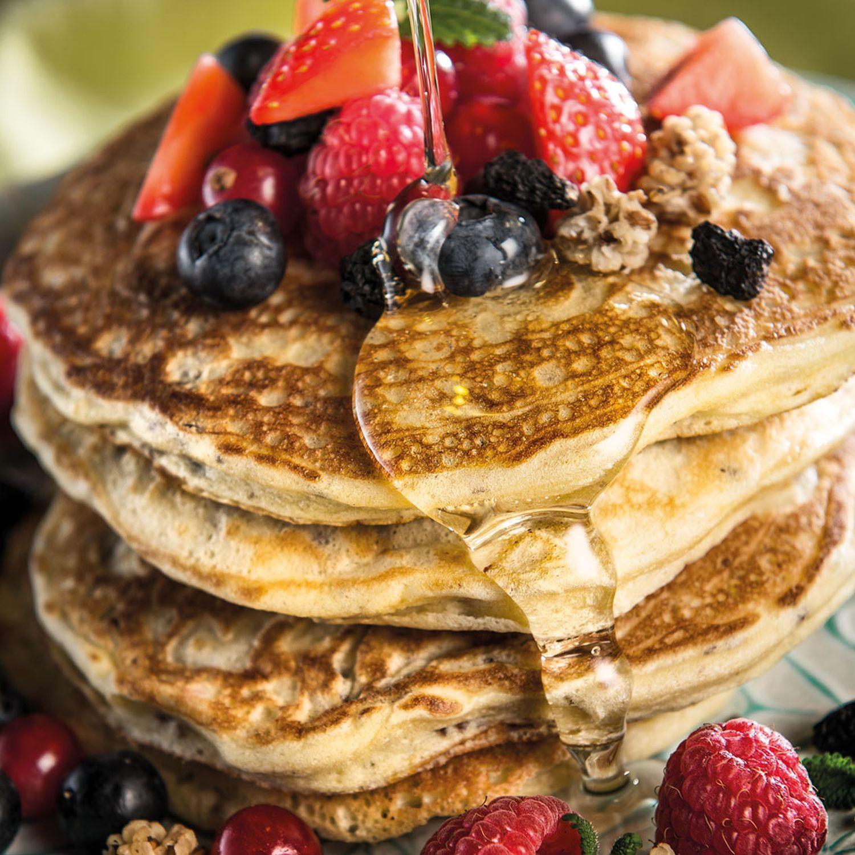 Healthy Pancakes mit Agavendicksaft und Beeren