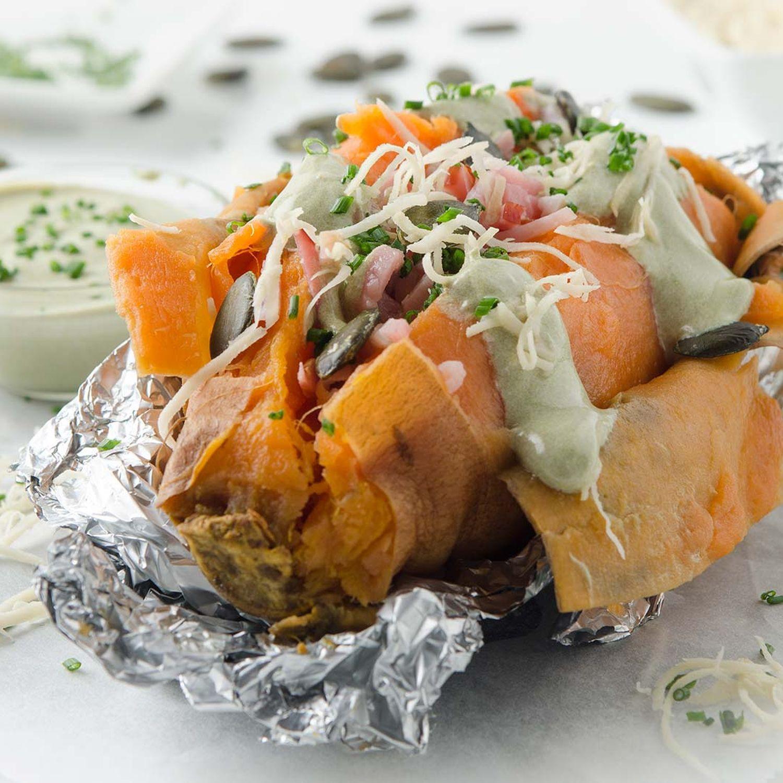 Ofen-Süßkartoffel mit Kernöl-Rahm, Beinschinken und Kren