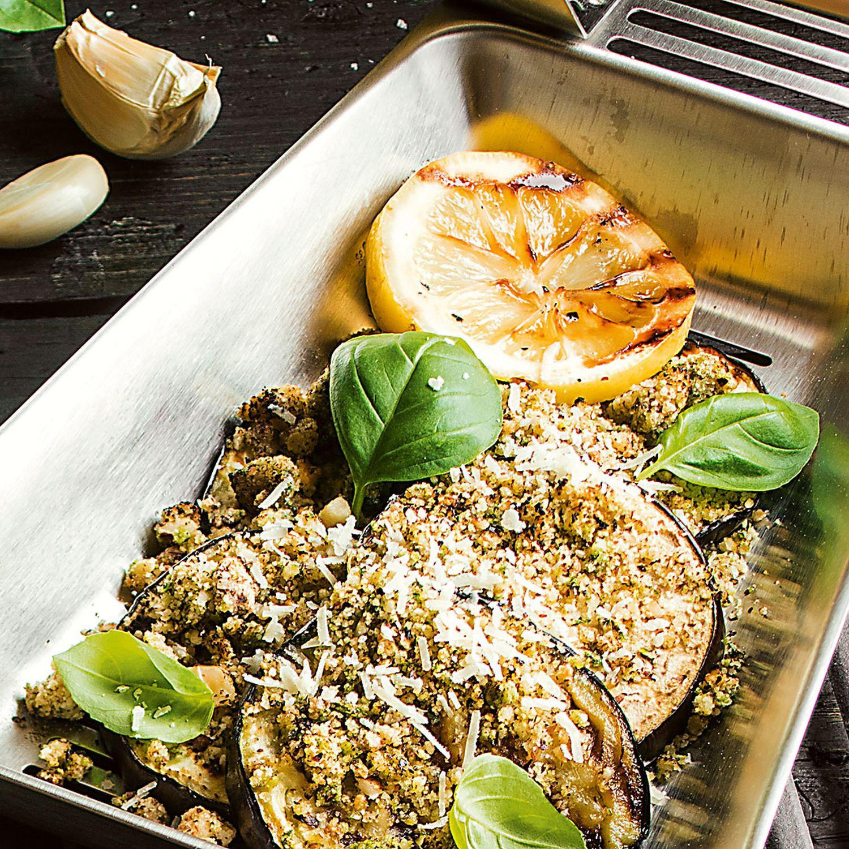 Gegrillte Aubergine mit Haselnuss-Basilikum-Brösel