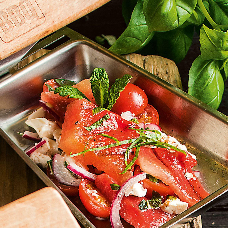 Gegrillte Wassermelone in Minze-Tomatensalat mit Feta