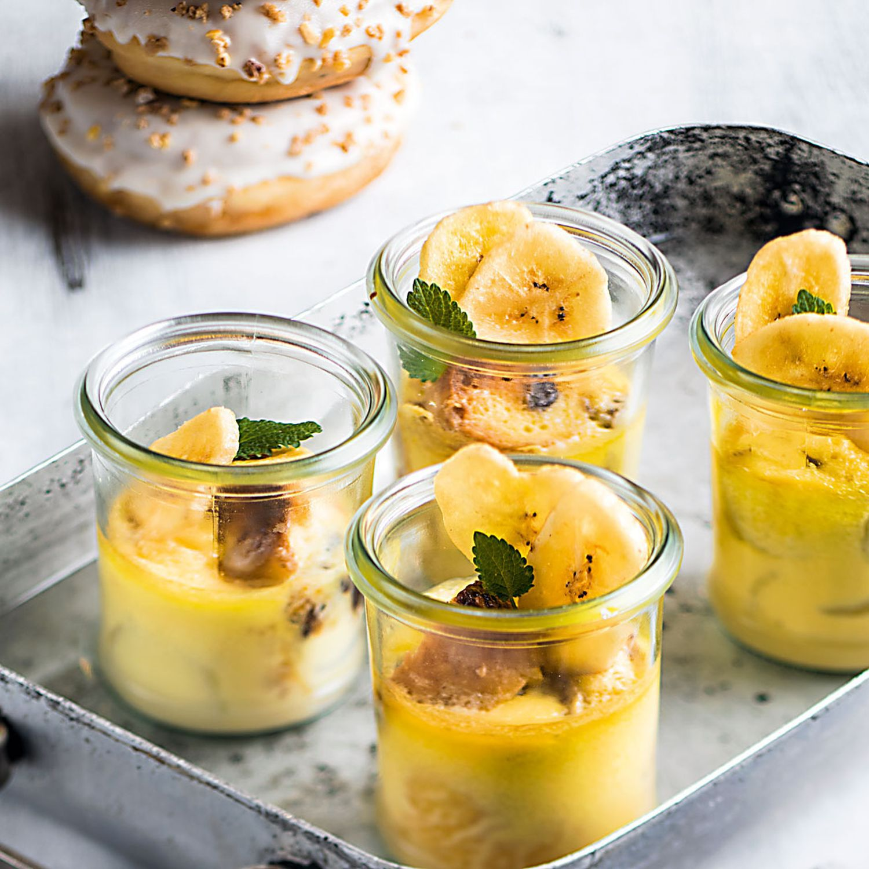 Nougat Donuts im Glas gegrillt mit Eis mit knusprigen Bananenchips