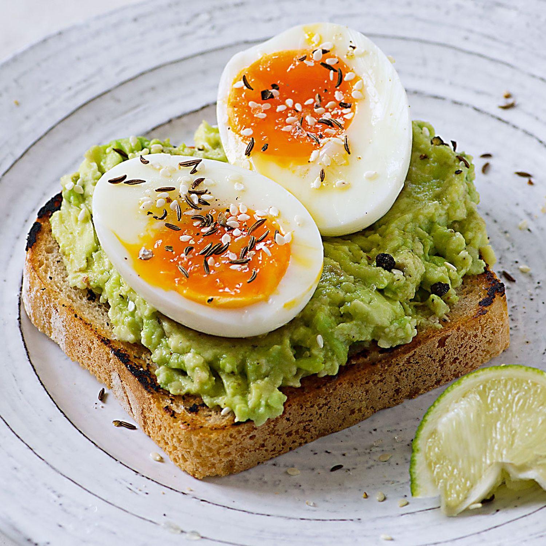 Toastbrot mit Avocadocreme und weichem Ei