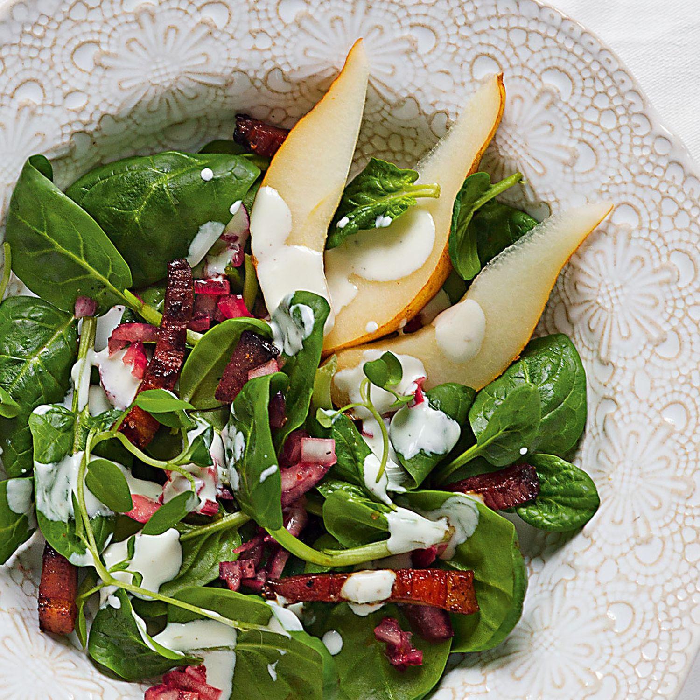Würziger Salat vom Spinat mit Speck und Birnen