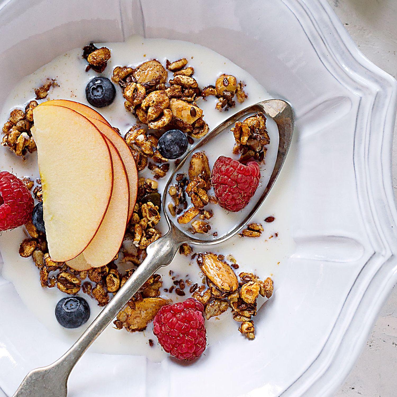 Zimt-Granola mit Früchten