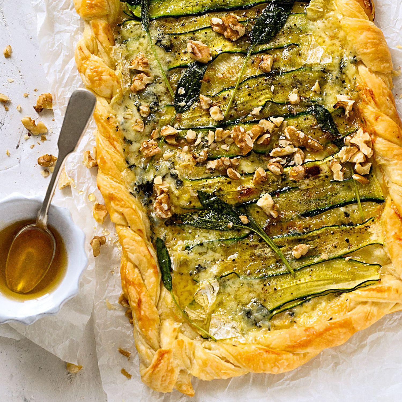 Zucchini-Gorgonzola-Tarte mit Honig und Walnüssen