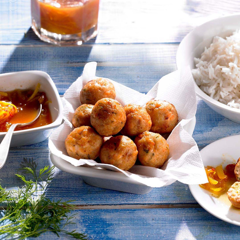 Lachsbällchen mit Reis und Zitronensauce