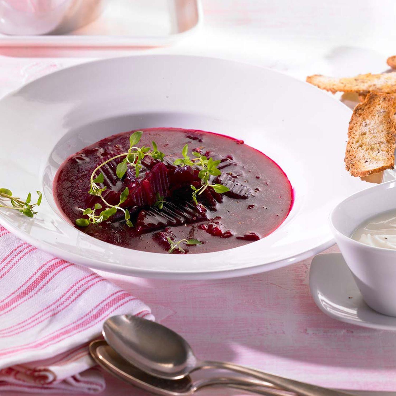 Rote-Rüben-Suppe mit Sauerrahm-Kren-Dip und Brotchips