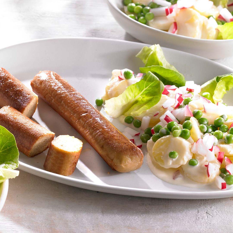 Veggie-Bratwurst mit buntem Kartoffelsalat