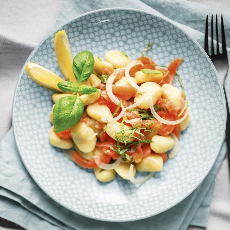 Gnocchi-Salat mit geräuchertem Lachs