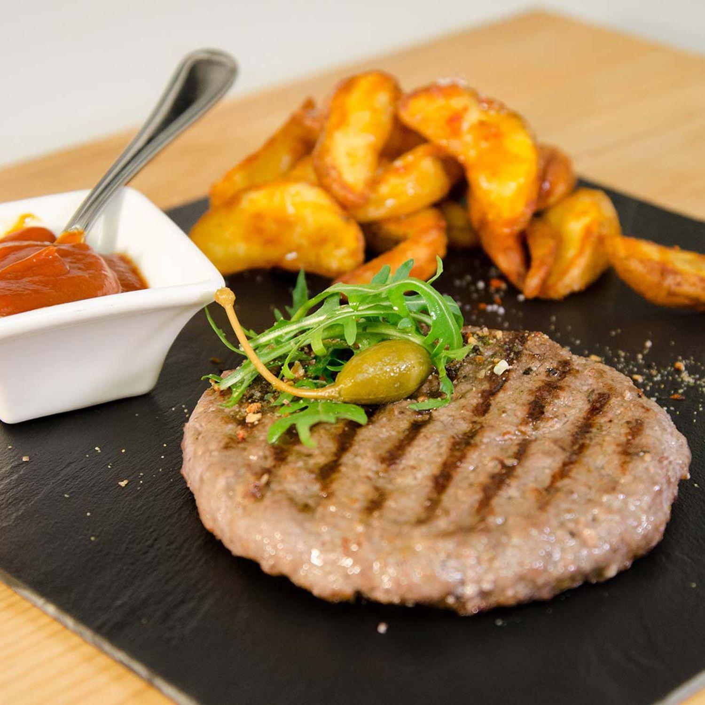 Selbstgemachter Burger mit Kartoffel-Wedges