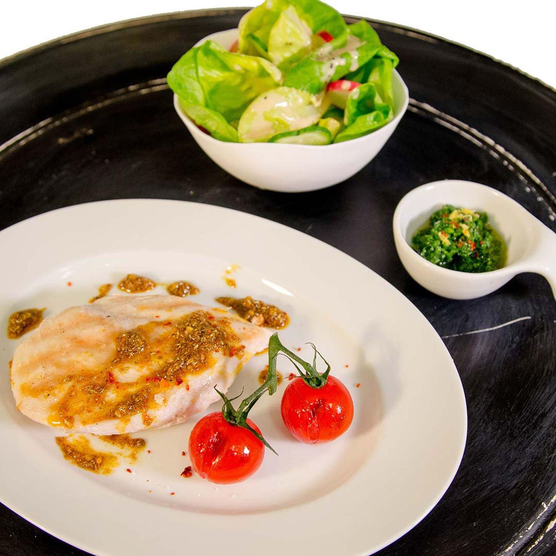 Gegrillte Hendlbrust mit Pesto und Salat