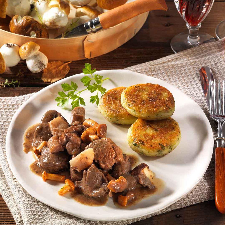Wildschwein-Pilzgulasch mit Kartoffelkeksen