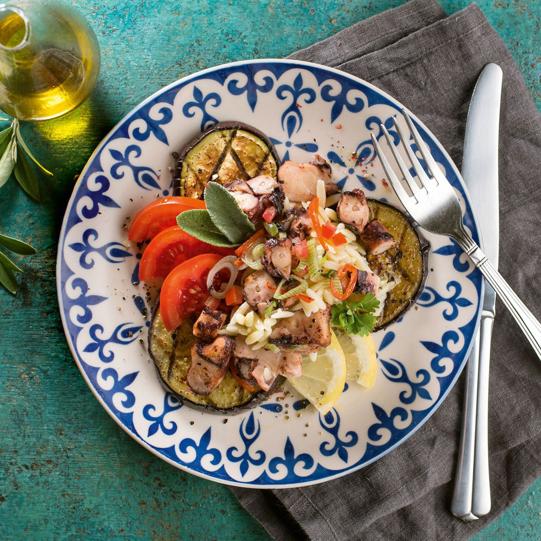 Kritharaki Oktopus-Salat mit gegrillter Melanzani