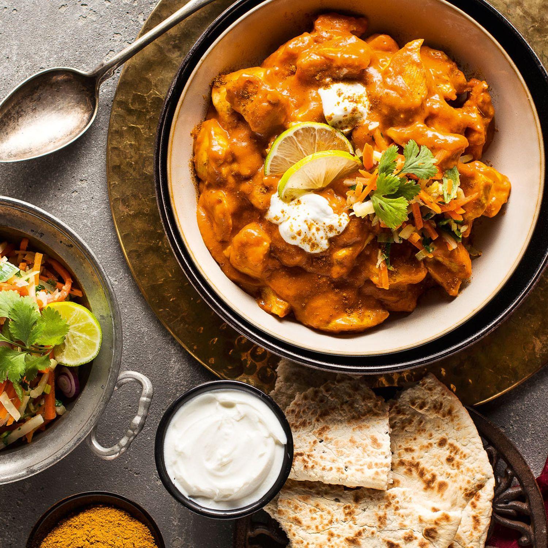 Indisches Tandoori Huhn mit Koriandergemüse und gebratenen Naan Brot