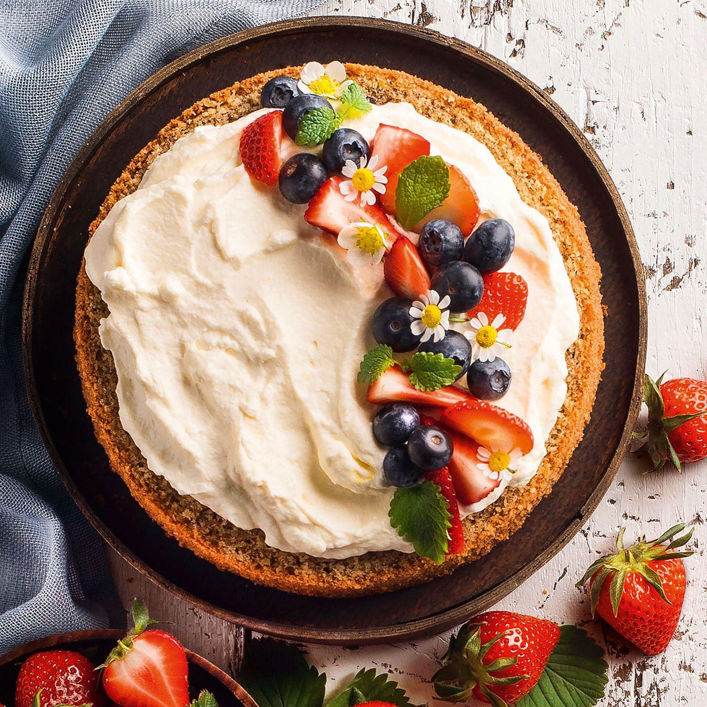 Haselnusskuchen mit Beeren und Obers