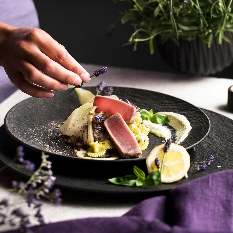 Thunfischsteak mit Basilikum-Burrata-Creme und Lavendel-Fenchel-Pasta