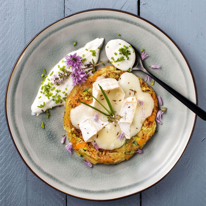Gemüse Kartoffelrösti und gratinierten Schafcamembert und Schnittlauchdip