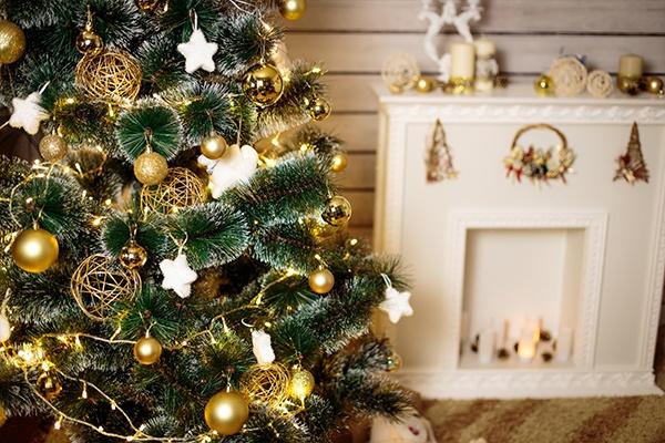 Ein Ausschnitt eines sehr edlen Weihnachtsbaums, der mit goldenen Kugeln und Lichtlein geschmückt ist.